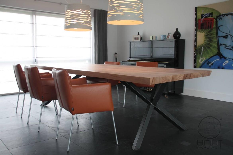 houten tafel met metalen onderstel